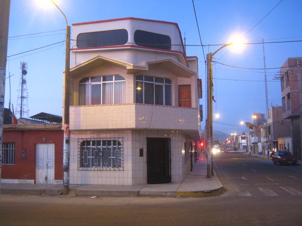 Chimbote 7 el centro en la noche for Casas contemporaneas en esquina