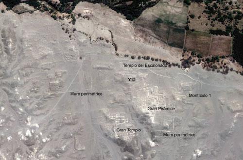 La                           Gran Pirámide en la foto satelital con el                           valle fertil del Río Nasca (Google Earth)